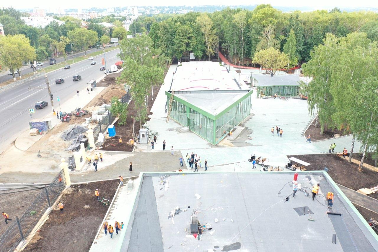Рабочие начали перекладывать плитку в парке «Швейцария» через месяц после открытия - фото 1